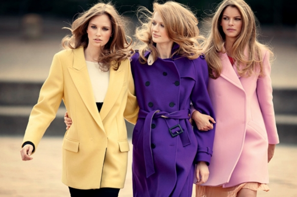 Девушки в цветных пальто