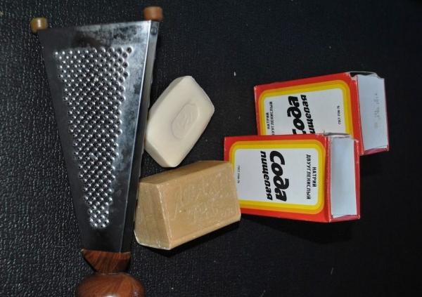 Терка, сода и мыло для приготовления геля